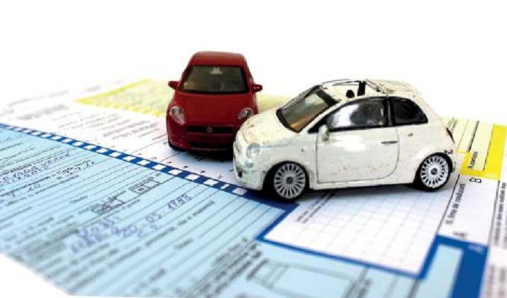 Il conducente di unveicolosenza guida di rotaie è obbligato a risarcire il danno prodotto a persone o a cose dallacircolazionedel veicolo , se non prova di aver fatto tutto il possibile per evitare il danno. Nel caso di scontro tra veicoli si presume, fino a prova contraria, che ciascuno dei conducenti abbia concorso ugualmente a produrre il danno subito dai singoli veicoli Il proprietario del veicolo, o, in sua vece, l'usufruttuarioo l'acquirente con patto di riservato dominio[1523], è responsabile insolidocol conducente, se non prova che la circolazione del veicolo è avvenuta contro la sua volontà(4). In ogni caso le persone indicate dai commi precedenti sono responsabili dei danni derivati da vizi di costruzione o da difetto di manutenzione del veicolo .